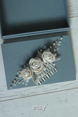Casque de mariée avec des fleurs, ivoire roses bridalheadpiece, bridalhaircomb, casque floral de mariage, perles d ivoire et casque de fleurs