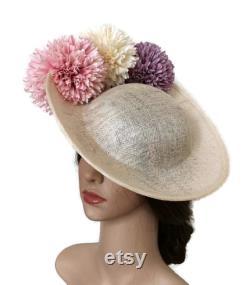 Coiffure originale avec des fleurs, crème et coiffure rose, coiffure parfaite d invité, demoiselle d honneur d Overro, Pamelas et touches élégantes pour l invité