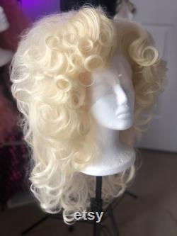 Dolly Parton Bouffant à couches bouclées