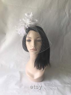 Fascinator nuptial blanc avec le voile de cage à oiseaux, fascinator blanc de Sinamay, partie de thé nuptiale, fascinator nuptial de cheveux, tête de plume nuptiale