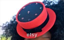 Magnifiquement fabriqué à la main rouge embelli Mini Hat Dalphyne