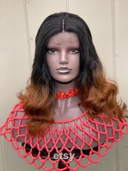 Perruque ondulée à la main bicolore. La longueur est de 18 inches.