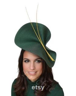 Robe de mariée verte et jaune de bouteille avec des plumes, coiffure de mariage de jour, coiffure de mariage pour l invité, marraine verte parfaite, chapeau de mariage d hiver