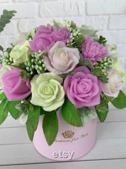 Savon fait main, savon décoratif de fleurs, pourpre rose, bouquet de savon dans un panier, savon fait maison