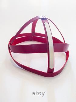 Turban cage Casque rouge avec élément métallique Casque en cuir unique Casque de mode Chapeau en cuir turban Chapeaux and Casques